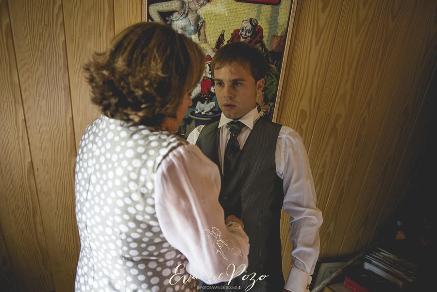 Preparativos del novio, novio vistiéndose