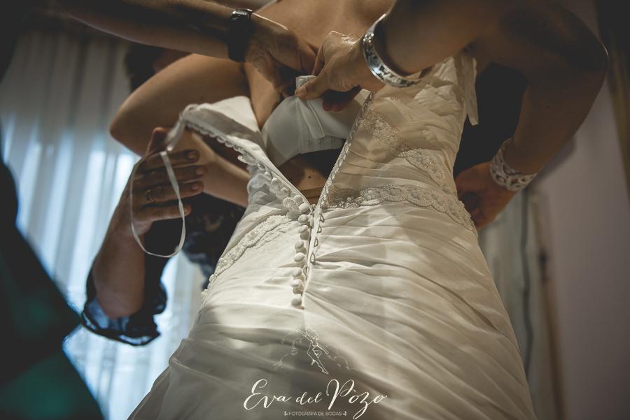 Preparativos de la novia, novia vistiéndose
